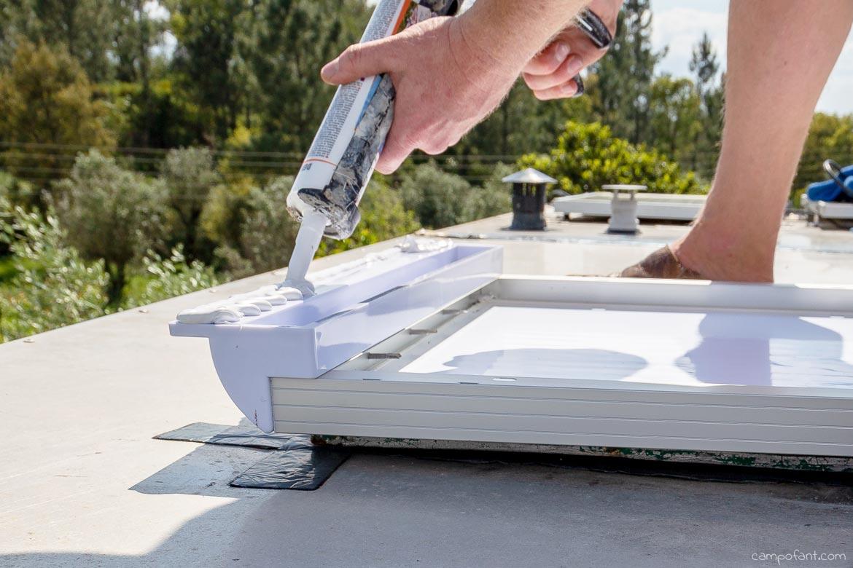 Solaranlage montieren Kleber aufbringen