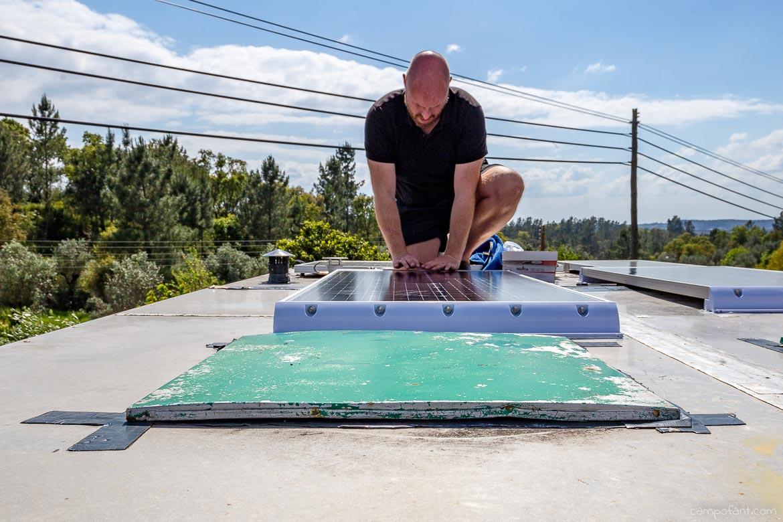 Solaranlage montieren, Solarmodule andrücken